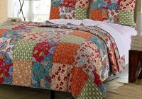 Cozy vintage country floral bedding patchwork pattern flowers 11 Cool Vintage Quilt Bedding Inspirations